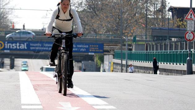 Červený 'kobereček' pro cyklisty jasně vymezuje na třídě 17. listopadu prostor pro kola a auta