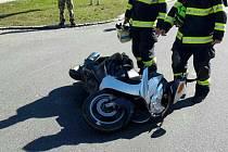 Na místě nehody zůstal jen rozbitý motocykl a jeho zraněný jezdec. Řidič osobního vozidla z místa ujel.
