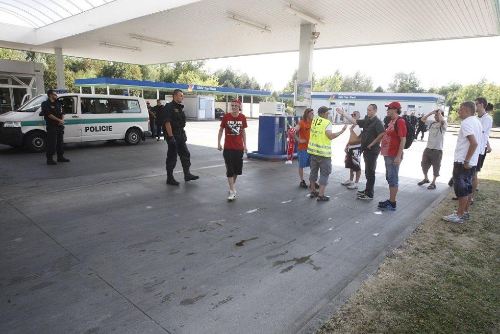 """""""Náhodou"""" uzavřená benzínka po cestě. Policisté tam fanoušky raději nepustili."""