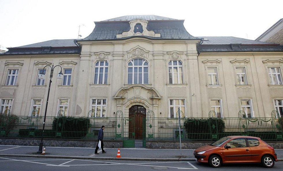 Další kancelář má firma Larsen v bývalé bance u Východočeského divadla