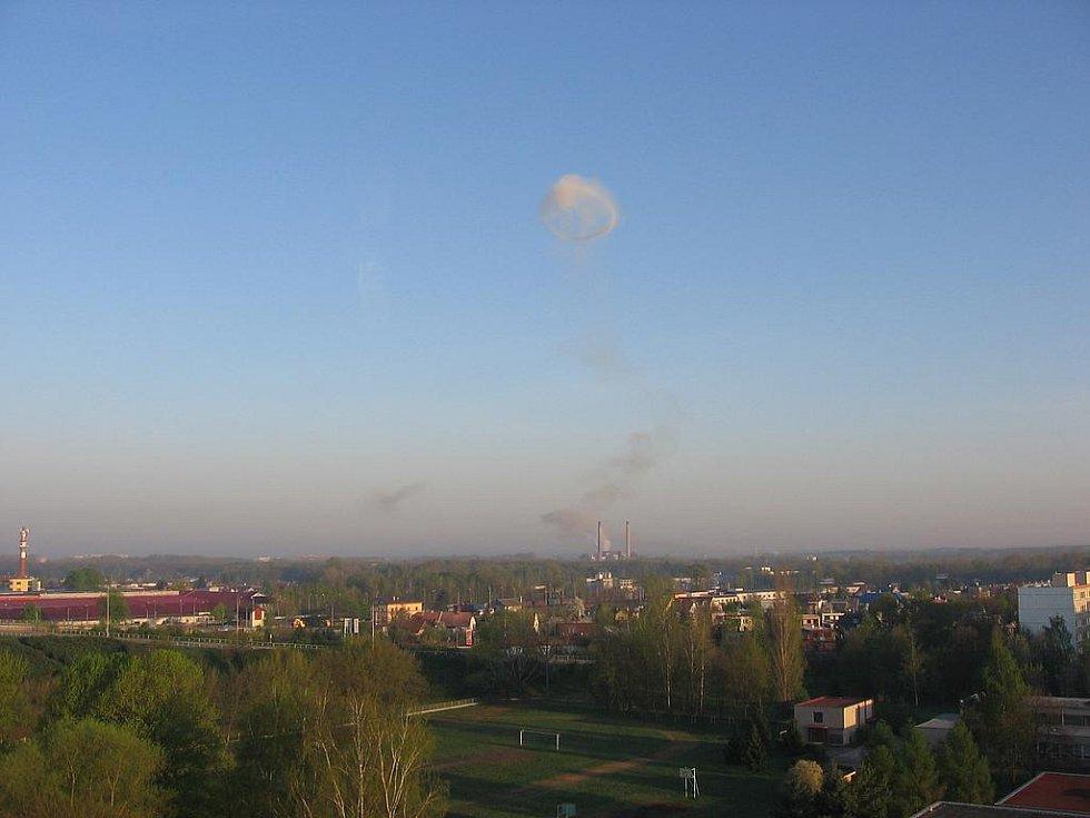Po výbuchu byl vidět nad Semtínem i mrak. Fotografie byly pořízeny z bytu v Polabinách.