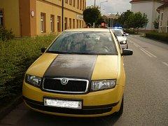 Za volantem žlutého vozu seděl muž, který před jízdou požil 12 piv. Nadýchal 2,5 promile.
