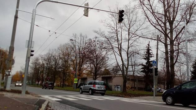 Nové semafory na ulici kpt. Bartoše v Pardubicích mají ochránit chodce. Další podobné letos přibudou i v centru Pardubic na Masarykově náměstí.