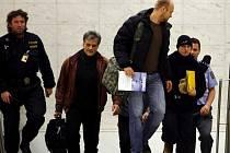 Na letišti údajně doprovázel Škrlovou bývalý dramaturg pardubického divadla