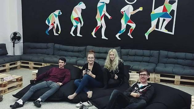 Studenti pardubického Gymnázia Dašická si vytvořili novou studentskou místnost.