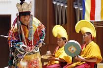 Tibetští mniši z kláštera Gaden předvedli v Sukově síni pardubického Domu hudby rituální mnišské zpěvy, tradiční mnišské tance v maskách a tanec Dákiní a Černých klobouků.
