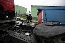 Kamionu v Černé za Bory se za jízdy odpojil návěs se sedmi tunami železa.