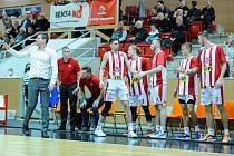 Pardubice (v pruhovaném) hostily na své palubovce Brno.