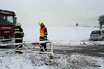 Běhm půl hodiny se na náledí u Ostřešan staly dvě dopravní nehody.