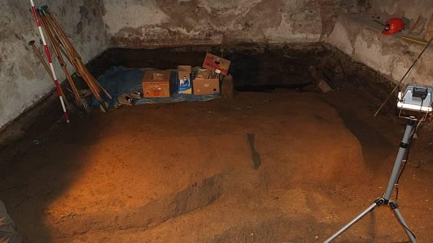 Archeologický záchranný výzkum pod domy na Příhrádku.