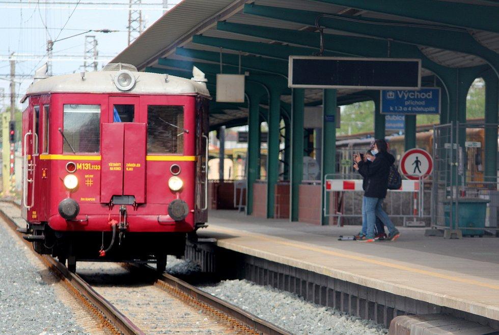 Hurvínek alias Nataša zaujal ihned po svém dojezdu na pardubické hlavní nádraží.