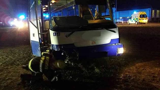 U Dražkovic se střetl autobus s osobním vozem.