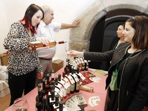 V historickém prostředí se sešlo přibližně šedesát vystavovatelů nejlepšího českého i zahraničního vína.