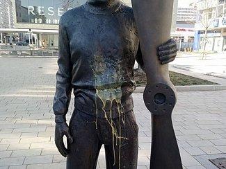 Socha Jana Kašpara po útoku vandala.