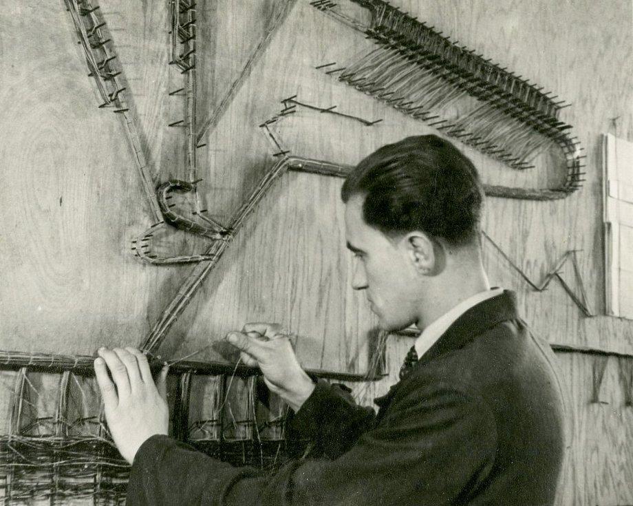 Zaměstnanec Telegrafie klade spojovací kabely pro manuální přepojování Foto: Východočeské muzeum v Pardubicích