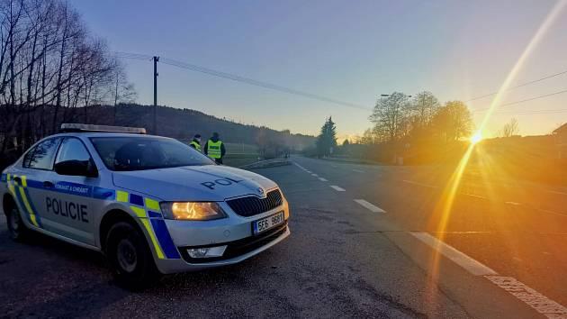 Víkend na prázdných silnicích podle policie: Amfetamin v krvi i čaj pro policisty na zahřátí