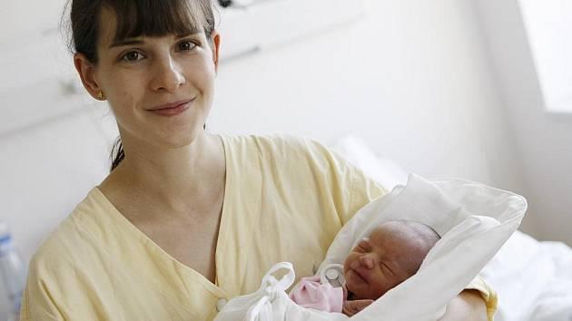 ELIŠKA ZMÍTKOVÁ přišla na svět 8. července v 5.10 hodin. Měřila 46 centimetrů a vážila 2320 gramů. Rodiče Lenka a Michal jsou z Přelouče. Otec si příchod své prvorozené dcery na tento svět nenechal ujít.