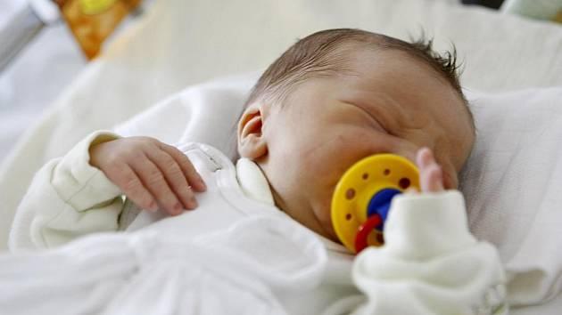 NIKOLAS HÁJEK se narodil 8. července v 9.30 hodin. Měřil 48 centimetrů a vážil 2880 gramů. Pro rodiče Karolínu a Michala z Pardubic je malý Nikolas prvorozený syn.