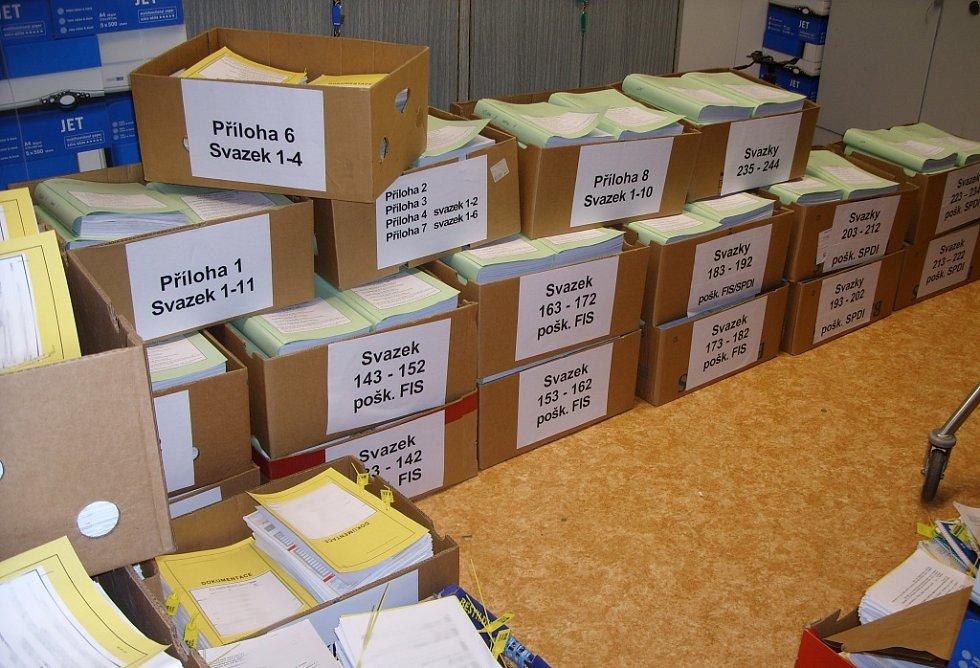 Práce hospodářské kriminálky v Pardubickém kraji. Spotřeba krabic od banánů na jeden případ může být celkem vysoká.