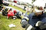 Tragická nehoda v Pardubicích na Hůrkách. Záchranáři bojovali o život posádky osobního vozu i motockylisty, kterého krátce předtím automobil srazil. Řidič osobního vozidla ale střet s autobusem nepřežil.