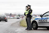 Kvůli loupeži v Jabloném nad Orlicí zmobilizovala  policie hlídky v celém Pardubickém kraji. Podezřelé vozidlo vyhlížely hlídky se samopaly.