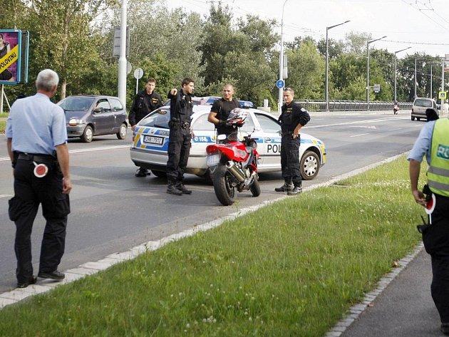 Motorkář policistu objel, vzápětí jej ale zablokovalo policejní hlídkové vozidlo