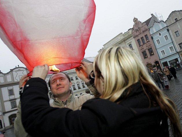 Na Pernštýnském náměstí se prvního ledna vypouštěla na baloncích novoroční přání.