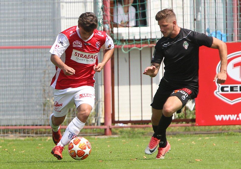 Utkání Fobalové národní ligy mezi FK Pardubice (ve červenobílém) a FK Victoria Žižkov (v černém) na hřišti pod Vinicí v Pardubicích.