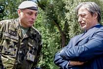 Ministr obrany Martin Stropnický  (vpravo) s velitelem pardubického 14. pluku logistické podpory, plukovníkem Stanislavem Hudečkem probírali i nízký personální stav zdejší posádky.