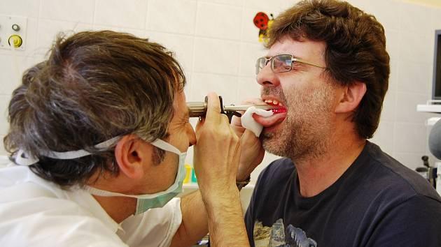 Klinika otorinolaryngologie a chirurgie hlavy a krku Pardubické nemocnice nabízí vyšetření hlasivek.