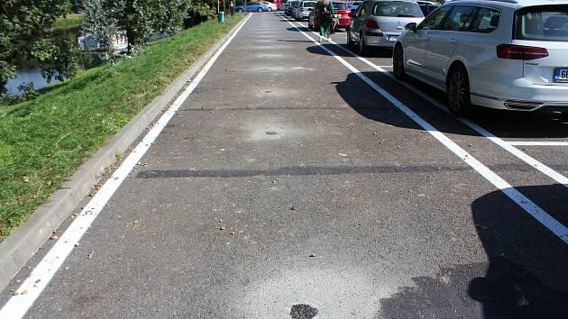 Na parkovišti za letním stadionem firma umisťovala parkovací senzory. Umístili je tam, kde nejsou parkovací místa. Šlo o chybu firmy. Která si chtěla ušetřit čas.