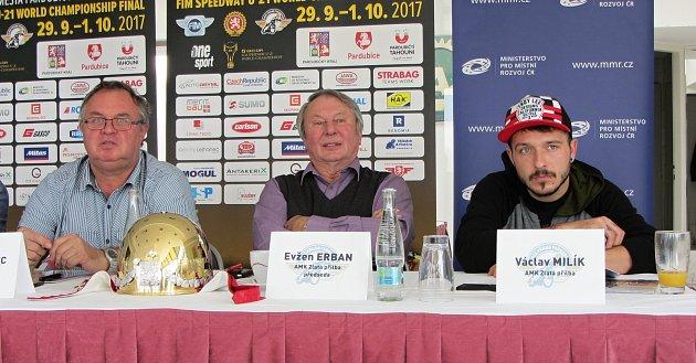 Zlatou přilbu si zblízka prohlédl Václav Milík (vpravo), který bude příští neděli oslavnou trofej bojovat. Ozávodu hovořili izástupci pardubického klubu Petr Moravec a Evžen Erban.