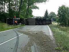 U Jaroslavi se převrátil kamion. Zablokoval celou silnici.