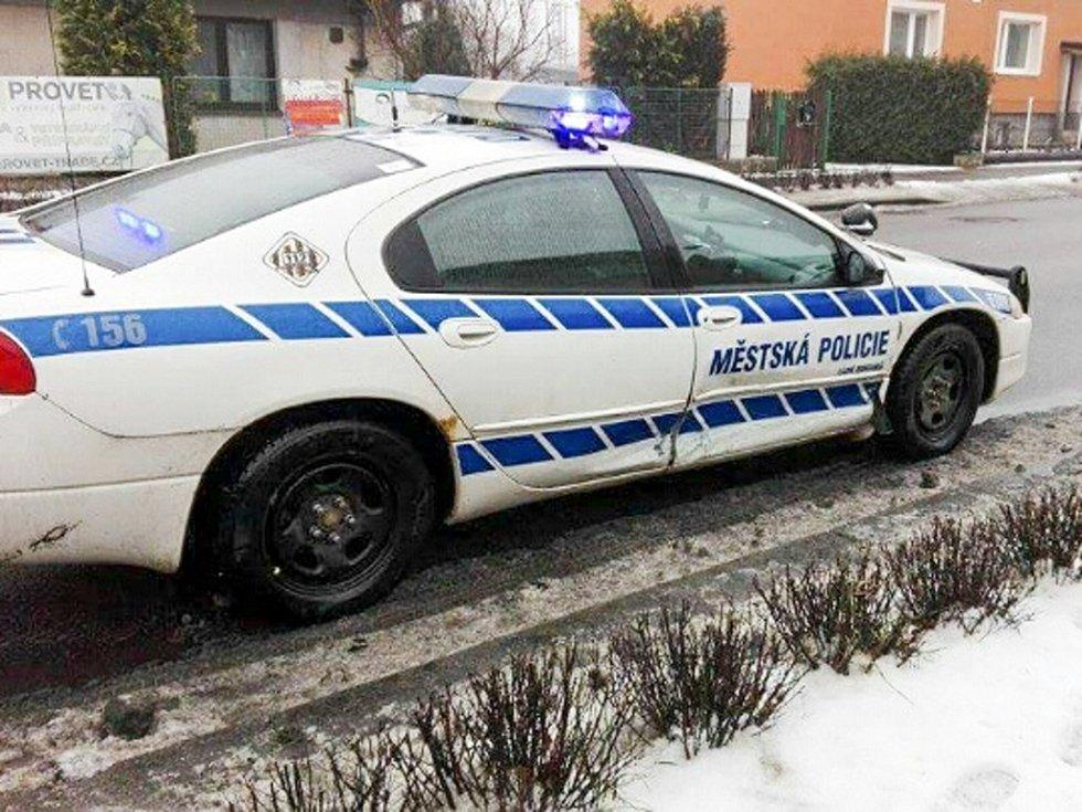 Služební auto bohdanečských strážníků po nehodě skončilo s promáčknutými dveřmi.