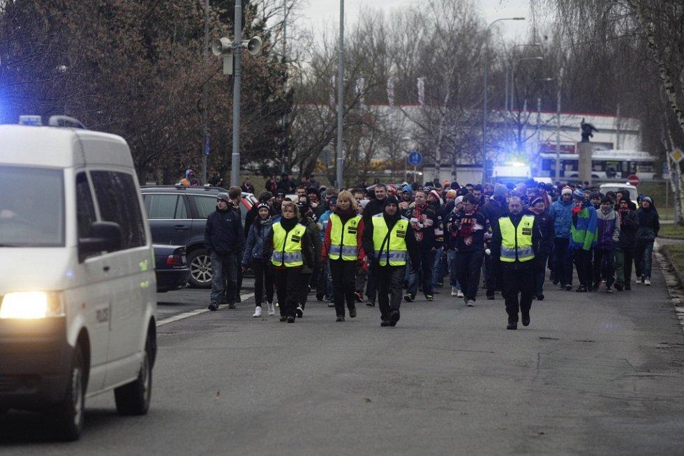 Hradečtí fanoušci vyrazili na stadion pěšky.