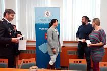 Marie a Radek Řehákovi (vpravo) přebírají ocenění Gentleman silnic.
