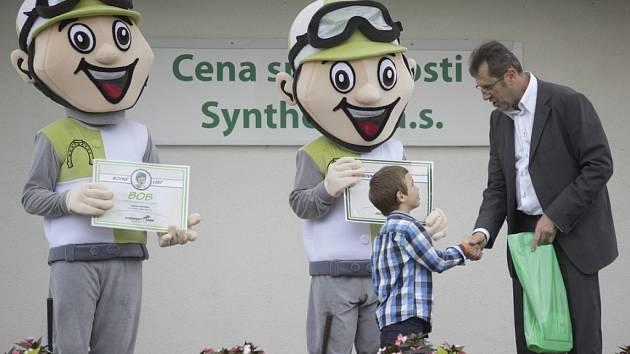 Maskoti Bob a Taxísek. Ředitel závodiště Michael Skalický gratuluje osmiletému Jakubu Ešpandrovi, který navrhl, aby se jeden z maskotů pardubického závodiště jmenoval Bob.