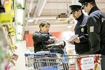 Obezřetnost se vyplatí. Policisté nakupujícím rozdávají letáky, které v předvánočním čase mají připomínat základní pravidla bezpečnosti při nakupování.