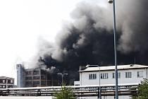 Jednu z prázdných budov v areálu semtínské chemičky zachvátil požár