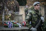 Připomínka Dne válečných veteránů na hřbitově v Pardubicích.