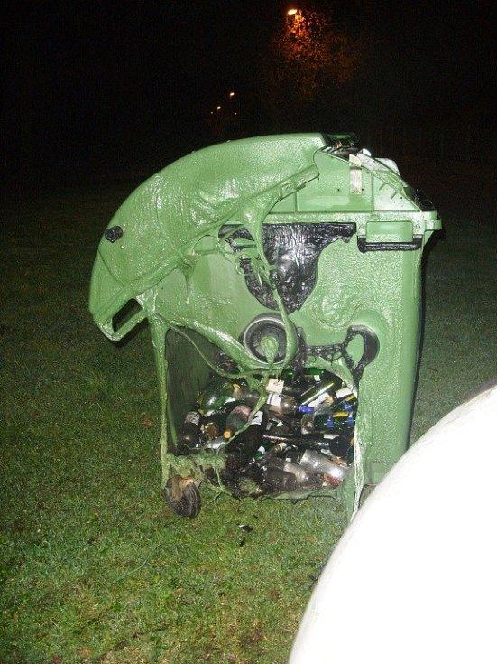 Soupis škod za žháři je rozsáhlý a jde přes půl milionu korun. Zapalování popelnic jim prý ukracovalo dlouhé chvíle, když už nemohli v hospodě pít.