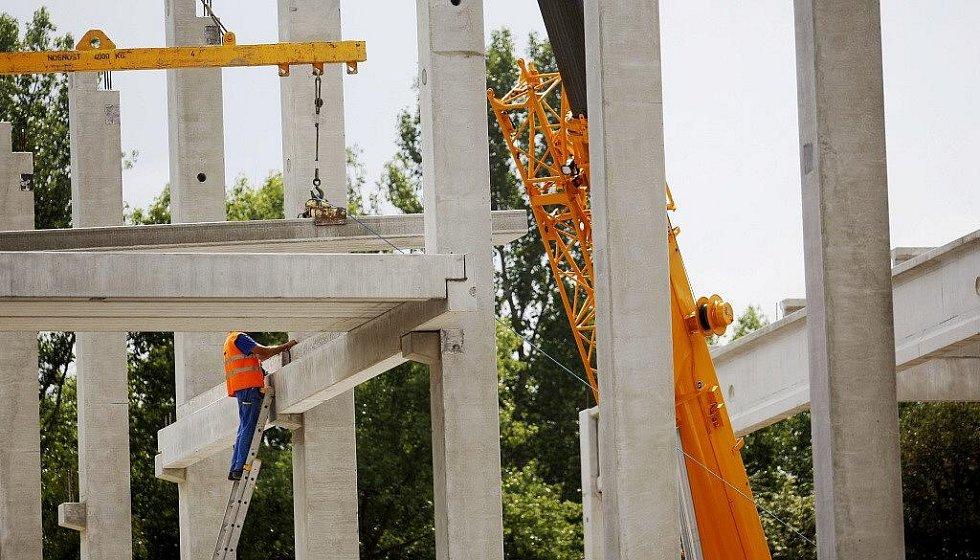 Na staveništi se již objevily nosné konstrukce první haly logistického centra. Firma to riskuje i bez stavebního povolení