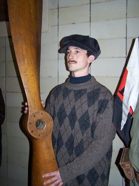 DUCH AVIATIKA KAŠPARA. Důstojnost ceremoniálu kontroloval sám - ačkoliv fiktivní - Jan Kašpar.