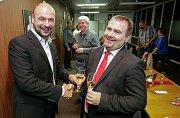 ANO slaví volební vítězství. Pardubický lídr Martin Kolovratník (vlevo) s primářem Chrudimské nemocnice Davidem Kasalem.