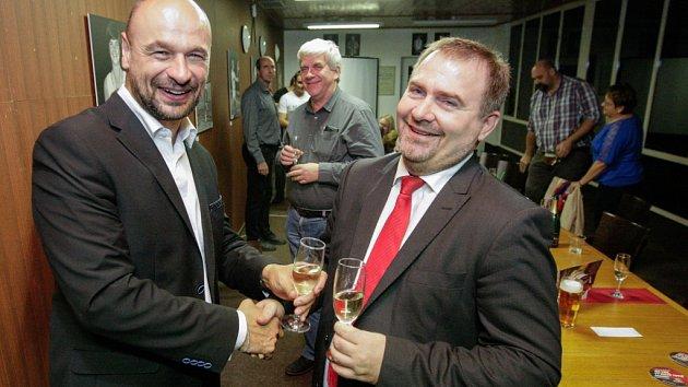 ANO slaví volební vítězství. Pardubický lídr Martin Kolovratník (vlevo) s primářem Chrudimské nemocnice Davidem Kaselem.