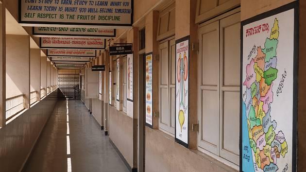 Koronavirus zasáhl i do života indických školáků.