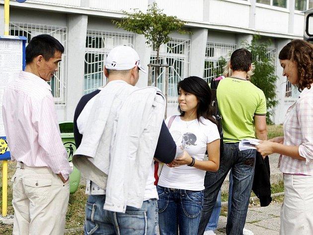 """Terénní pracovníci organizace Most pro lidská práva rozdávají informační letáky cizincům před pardubickým Foxconnem, kde je řada z nich zaměstnána. """"Mrzí nás, že s námi Foxconn moc nemá chuť spolupracovat,"""" prohlásil jednatel sdružení Milan Daniel."""