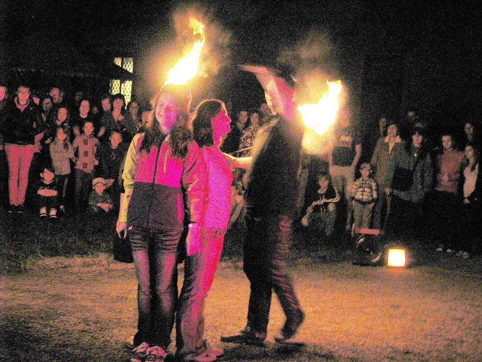 Ohnivá show při muzejní noci v Cholticích