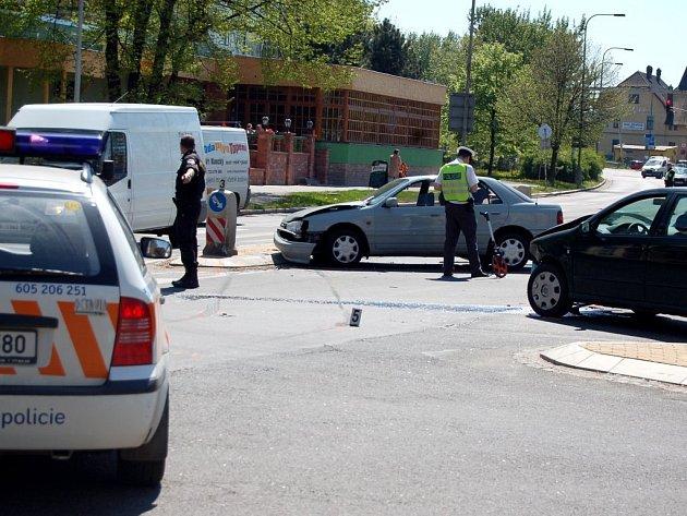 Nehoda částečně zablokovala křižovatku