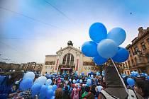 Modrý pochod na podporu osob s poruchami autistického spektra včera prošel Pardubicemi. V budově krajského úřadu  a na dalších místech ve městě budou po celý duben vystaveny vzkazy autistů na téma Co nám dělá radost.